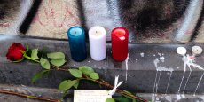A Paris, samedi, des passants commençaient à déposer fleurs et bougies dans les rues où se sont déroulés les attentats de vendredi soir, les plus meurtriers que la France ait jamais connus.