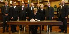 Angela Merkel signe avec son gouvernement un registre de condoléances à l'ambassade de France à Berlin.