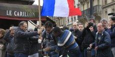 Devant le Carillon (Xe arrondissement) comme devant les autres cafés visés par les terroristes, les hommages aux victimes se sont multipliés après le 13 novembre.