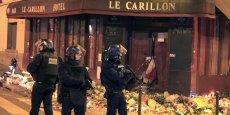 Créer un sentiment de peur généralisée est un objectif prioritaire pour les djihadistes. (Photo: dimanche soir à Paris, la police aux aguets, juste après une fausse alerte qui a déclenché une panique massive pour les centaines de personnes venues se recueillir sur différents lieux des attentats terroristes.)