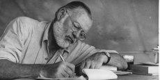 Ernest Hemingway (1899 - 1961), symbole de la génération perdue, retrouve une place sur les tables de chevet des Français.