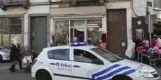 Les autorités ont également recommandé d'éviter les manifestations sportives, les concerts, les gares, les aéroports et les centres commerciaux. Sur la photo, patrouille de police à Molenbeek, banlieue de Bruxelles.