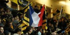 Le drapeau français s'expose notamment dans les stades, y compris par des équipes non françaises.