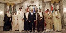 Entre la France et les monarchies du Golfe, les relations sont excellentes. (François Hollande posant pour la photo de famille avec les membres du Conseil de coopération du Golfe, le 5 mai 2015)