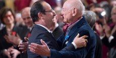 Edgar Morin se voit remettre la Légion d'Honneur par François Hollande, en février 2013.