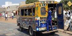 Ci-dessus, aussi emblématiques  que les « Yellow cabs » américains,  les « Ndiaga Ndiaye », petits bus poussifs de Dakar.