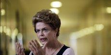 La présidente Dilma Rousseff sur un siège éjectable, ici le 23 mars dernier lors d'une cérémonie à Brasilia.