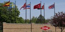 Un mariage entre Dow Chemical et DuPont, qui pèsent quasiment la même chose en Bourse - 58,97 milliards de dollars mardi soir pour le premier et 58,37 milliards de dollars pour le second - serait l'un des plus gros de l'année et redessinerait complètement le paysage de l'industrie agrochimique mondiale.