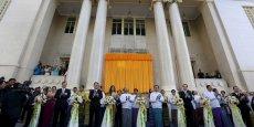 Une foule d'hommes d'affaires et de journalistes se sont pressés pour assister à l'inauguration du Yangon Stock Exchange.