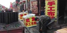 Dans le Nord de la Chine, la grande majorité des logements sont chauffés au charbon, en grande partie responsable des brouillards de pollution visibles en hiver. Ici dans la vieille ville de Pingyao, un homme livre le combustible aux habitants dès fin octobre.