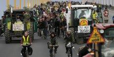 Les manifestants marchent sur le pont de Cheviré, qui enjambe la Loire en aval du centre-ville.