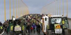 Alors que le gros des manifestants avait commencé à se disperser à partir de 15h30, plusieurs organisations paysannes avaient annoncé samedi qu'elles poursuivaient une occupation illimitée du pont de Cheviré tant que le président Hollande ne renoncerait pas à l'expulsion des habitants du site prévu pour le futur aéroport nantais.