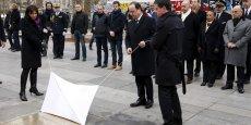 François Hollande, Manuel Valls et Anne Hidalgo, devant la plaque dévoilée place de la République en mémoire des victimes des attentats terroristes de janvier et novembre 2015.
