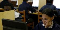 Des collégiens devant leurs ordinateurs dans un établissement scolaire du Cap (Afrique du Sud)