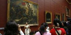Des touristes japonais photographiés au Louvre devant Le Radeau de la Méduse, par Théodore Géricault en 2007. (REUTERS/Regis Duvignau)