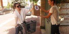 Livraison d'un colis par un driver dans les rues de Toulouse