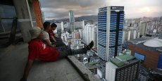 Le Venezuela, géant pétrolier qui s'enlise dans le chaos politique et économique, a décuplé le prix de la farine de maïs, un ingrédient de base dans ce pays. Photo : la Tour David, un immeuble de 45 étages à Caracas transformé en squat, finalement évacué à l'été 2014.