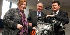 Kieran Cahill, à droite appuyé au bloc moteur, au côté d'Edwina Hart Am (à gauche), ministre du gouvernement gallois en charge des Affaires, de l'Entreprise, de la Technologie et de la Science