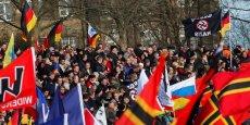 L'islamophobie est profondément ancrée dans la société allemande, comme le prouvent les mouvements tels que la Pegida (Patriotes européens contre l'islamisation de l'Ouest qui arborent ici un drapeau indiquant Gegen (die) Nazis ou Contre les nazis.