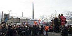Un rassemblement de soutien a réuni plus de 250 personnes lundi devant le site de Carbone Savoie à Vénissieux.