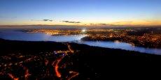 Depuis plusieurs années, Brest oeuvre en faveur du développement durable. Située à la pointe de l'Europe, la ville a pris à bras le corps la problématique d'approvisionnement énergétique dans une région bretonne fortement dépendante en électricité. (La ville de Brest, vue aérienne de nuit)