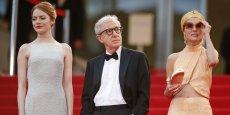Le réalisateur d'Annie Hall et de Manhattan a 80 ans, quatre oscars et s'apprête à finaliser sa première série pour le magasin en ligne Amazon. (Ici, l'an dernier, au Festival de Cannes 2015, entouré des comédiennes Emma Stone, à gauche, et Parker Posey.)