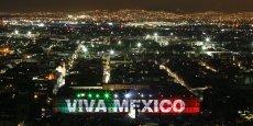 Lutter contre la pauvreté, la violence, les inégalités sont au cœur de l'action politique et citoyenne dans les villes. Développer des villes inclusives, durables et équitables, est une priorité. (Photo: Mexico, vue aérienne nocturne, avec la façade du palais présidentiel animée d'un spectacle son et lumière pour la fête de l'Indépendance, le 20 septembre 2009)