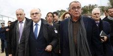 Ioannis Mouzalas (au premier plan, ici avec Bernard Cazeneuve, à g., sur l'île de Lesbos le 5 février dernier), ancien gynécologue et fondateur de Médecins du Monde Grèce, a été nommé vice-ministre de l'Immigration en août 2015.