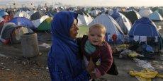 En Grèce, mardi 1er mars 2016, les réfugiés attendent de pouvoir franchir la frontière avec la Macédoine