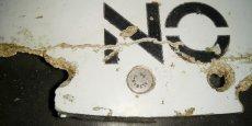 L'avion a disparu des écrans radar le 8 mars 2014 avec 239 passagers et membres d'équipage, peu après avoir décollé de l'aéroport de Kuala Lumpur à destination de Pékin. Sur la photo, une des pièces retrouvées début mars portant l'inscription No Step.