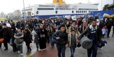 Près d'un demi-million de migrants sont arrivés en Grèce au cours des trois derniers mois de 2015,  selon les statistiques de Frontex, l'agence européenne de contrôle des frontières extérieures, publiées jeudi. (Photo: des réfugiés et migrants syriens débarquent du ferry Blue Star 1, au Pirée, le port d'Athènes, en Grèce, mardi 8 mars 2016.)