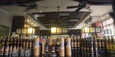 Depuis 1993, lorsque Cuba Ron s'est associé dans le cadre d'une joint-venture avec Pernod Ricard pour une reprise en main de la marque Havana Club, ses ventes ont explosé en Europe. (Photo: dans un bar de la Havane, des bouteilles de rhum décorées avec les drapeaux américain et cubain, en novembre 2015)