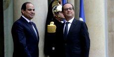 François Hollande, qui se rend en Egypte le 18 avril, pourrait assister à la signature de nouveaux contrats d'armement. (Photo: le président égyptien Abdel Fattah Al-Sissi reçu à  l'Elysée par François Hollande le 26 novembre 2014, pour une réunion consacrée au renforcement des relations bilatérales et à la sécurité régionale.)