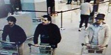Les frères belges El Bakraoui ont été identifiés comme deux des trois kamikazes des attentats de Bruxelles qui ont fait 31 morts et 270 blessés, tandis qu'un autre assaillant est toujours en fuite, a indiqué mercredi le procureur fédéral belge Frédéric Van Leeuw. Sur la photo (capture d'écran d'une des caméras de vidéosurveillance de l'aéroport), Ibrahim El Bakraoui est au centre. A gauche, il s'agit du second kamikaze pas encore identifié. Le troisième suspect à droite est en fuite.