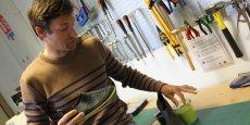 Edouard du Doré dans l'atelier du centre de recherche Tribord avec le chausson