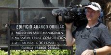 Il y a donc une forme de fierté journalistique presque touchante d'avoir trouvé la vérité vraie, et forcément un préjugé d'énorme importance vis-à-vis de ce qui est si gros, si technique et si caché. (Jean-Charles Simon) Photo: le 5 avril 2016, un caméraman devant les bureaux de Mossack Fonseca, à Panama City.