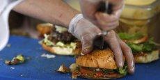 La vente de burgers a augmenté de 10% en 2014 avec 1,07 milliards de burgers vendus. (photo: Des hamburgers en préparation dans le food truck créé par Valentine Davase Le Réfectoire, à Paris, en novembre 2012)
