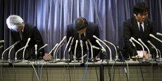 Les dirigeants de Mitsubishi, dont le président Tetsuro Aikawa (au centre de l'image) ont admis mercredi 20 avril avoir falsifié des tests d'économie de carburant sur 625.000 véhicules, ce qui a entraîné une chute de l'ordre de 40% de sa capitalisation boursière.