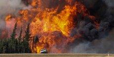 Si les feux sont sous contrôle à proximité de Fort McMurray, ils ont continué mardi leur avancée infernale et brûlé 10% de forêts de plus en 24 heures, pour atteindre environ 2.290 km2. Les effectifs et moyens aériens ont dû être augmentés.