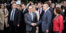 Nous rapprocher ?... Je ne suis pas sûr, mais ici, nous sommes ensemble, a plaisanté le président Hollande en réponse aux photographes lui demandant de s'approcher, pour la photo, d'Alain Juppé, candidat aux primaires à droite, en vue de la présidentielle de 2017.