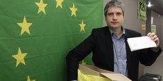 L'un des eurodéputés les plus critiques des lobbys financiers, l'eurodéputé Verts/ALE allemand Sven Giegold pose avec une poubelle de lobbyiste, le 17 mars 2011.