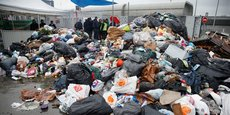 Les déchets s'accumulent devant le centre de traitement d'Ivry-sur-Seine, bloqué par les grévistes.