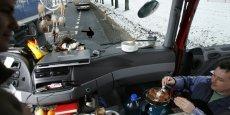 Deux chauffeurs polonais déjeunant dans la cabine de leur camion en attendant à la frontière entre la Pologne et l'Ukraine, en 2008.