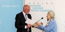 Alain Rousset reçoit le rapport des mains d'Anne-Marie Cocula.