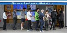 Des Britanniques font la queue devant un bureau de change à Londres, le 22 juin 2016.