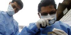Des travailleurs du ministère de la Santé péruvien inspectent des médicaments saisis, à Limia, en août 2010. En Amérique du Sud, 30% des médicaments sont contrefaits.