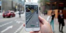 Pokemon GO se joue en réalité augmentée, les joueurs se déplacent dans les rues pour chasser les Pokemons.