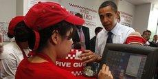 Dans un restaurant Five Guys de Washington, Barack Obama passe commande avant de déclarer que les burgers de l'enseigne sont les meilleurs du monde.
