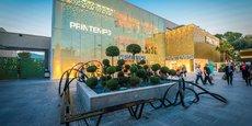 Le Banc d'amarrage (2015) de Pablo Reynoso trône au sein du centre commercial à ciel ouvert implanté à Cagnes-sur-Mer, près de Nice.