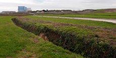 Une tranchée mène à la centrale d'Hinkley Point, en Angleterre (au fond de la photo).